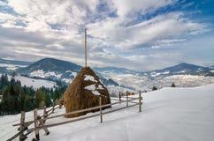 Стог сена на верхней части горы снега Стоковые Изображения