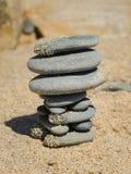 Стог серых камешков на пляже стоковая фотография rf