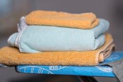 Стог сложенных полотенец ванны хлопка стоковое фото rf