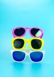 Стог солнечных очков в свете - голубой студии, концепции временени, Le Стоковая Фотография