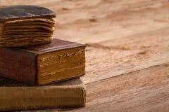Стог старой книги, позвоночник коричневых страниц пустой, макрос постаретой библиотеки h Стоковые Фото