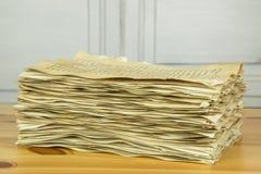 Стог старых бумажных листов на деревянном столе Стоковые Изображения