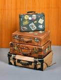 Стог старых винтажных чемоданов стоковые изображения