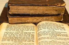 Стог старых и несенных кожаных книг крышки с выбивать листового золота стоковая фотография