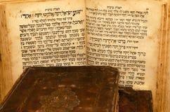 Стог старых и несенных кожаных книг крышки с выбивать листового золота стоковое изображение