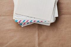 Стог старых конвертов и писем на бумаге kraft, взгляд сверху стоковое изображение rf