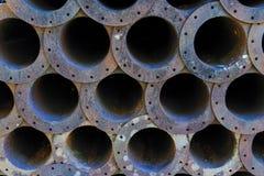 Стог старых ржавых стальных труб в вид спереди Стоковое Изображение