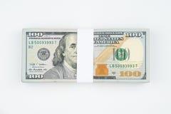 Стог 100 счетов денег доллара США изолированных на белом bac Стоковое Изображение