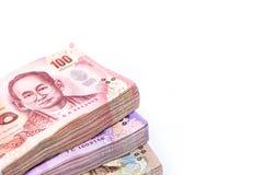 Стог тайских денег на белой пользе предпосылки для предпосылки денег Стоковые Изображения RF