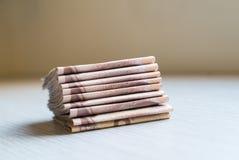 Стог тысячи денег ванны тайских на деревянном столе Стоковые Изображения