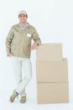 Стог уверенно работника доставляющего покупки на дом готовя коробок Стоковое фото RF