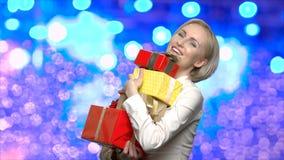 Стог удерживания женщины подарочных коробок рождества акции видеоматериалы