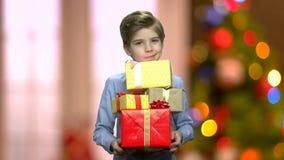 Стог удерживания ребенка подарочных коробок рождества видеоматериал