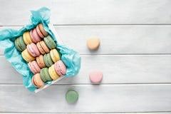 Стог французской розовой клубники Macarons стоковые изображения rf