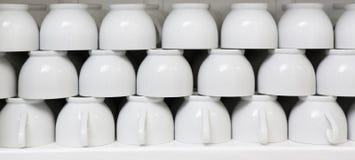 Стог чистых белых кофейных чашек Стоковая Фотография