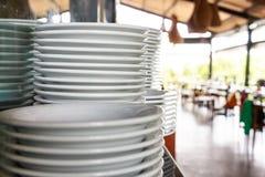 Стог чистых белых плит керамики Стоковые Изображения RF