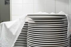 Стог чистых белых плит керамики Стоковая Фотография RF