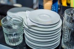 Стог чистых белых плит керамики Стоковые Фотографии RF