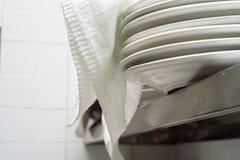 Стог чистых белых плит керамики Стоковое фото RF