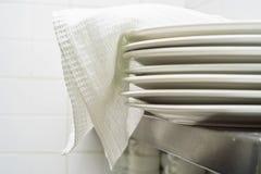Стог чистых белых плит керамики Стоковая Фотография