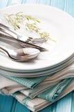 Стог чистых белых плит с sliverware Стоковое Фото