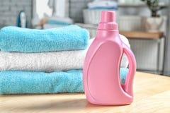 Стог чистых полотенец и бутылки с тензидом Стоковая Фотография