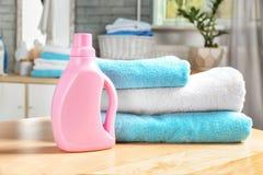 Стог чистых полотенец и бутылки с тензидом Стоковые Изображения