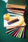Стог, яблоко и ручка книг концепции образования Стоковые Фотографии RF