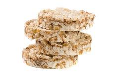 Стог crispbreads зерна изолированных на белой предпосылке Стоковое Изображение RF