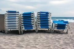 Стог loungers на пляже Стоковые Фотографии RF