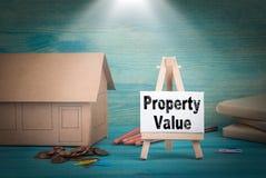 Стоимость имущества домашняя модель, деньги и доска объявлений под sunlit Стоковая Фотография