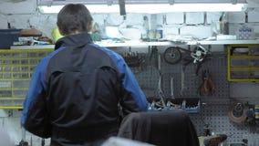 Стоимость ремонтника его таблица работы Волшебник ремонта автомобилей места для работы сток-видео