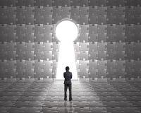 Стойка бизнесмена к двери формы отверстия для ключа на головоломках огораживает острословие Стоковые Изображения