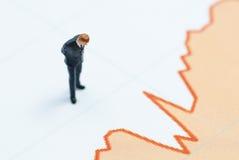 Стойка бизнесмена на диаграмме Стоковая Фотография