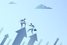 Стойка 2 бизнесменов на финансовой стрелке вверх держа рост развития команды дела рук успешный бесплатная иллюстрация