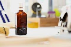 Стойка бутылки ликера на worktable крупного плана работника Стоковое Изображение