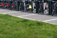 Стойка велосипеда города с велосипедами Стоковая Фотография