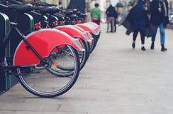 Стойка велосипеда города с красными велосипедами Стоковые Изображения