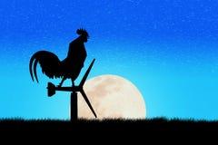Стойка вороны петухов на ветротурбине В утре Стоковое фото RF