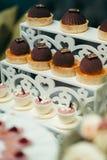 Стойка десерта с пирожными и чашками шоколада с студнем и зефирами для свадебного банкета Съемка конца-вверх Стоковая Фотография