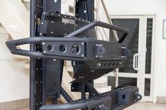 Стойка для демонстрации элементов тела автомобиля усиленных для внедорожного и сделанных из металла, как бампер, шаги и черный гр стоковое фото rf