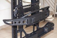 Стойка для демонстрации элементов тела автомобиля усиленных для внедорожного и сделанных из металла, как бампер, шаги и черный гр стоковые изображения