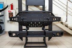 Стойка для демонстрации элементов тела автомобиля усиленных для внедорожного и сделанных из металла, как бампер, шаги и черный гр стоковое фото