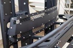 Стойка для демонстрации элементов тела автомобиля усиленных для внедорожного и сделанных из металла, как бампер, шаги и черный гр стоковое изображение rf