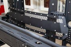 Стойка для демонстрации элементов тела автомобиля усиленных для внедорожного и сделанных из металла, как бампер, шаги и черный гр стоковая фотография