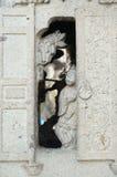 Стойка девушки на двери каменной печи Стоковая Фотография RF
