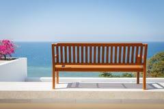 Стойка деревянной скамьи на балконе Стоковое фото RF