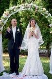 Стойка жениха и невеста около свода на свадебной церемонии Стоковое Изображение RF