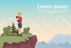 Стойка женщины путешественника на предпосылке горы природы рюкзака Hiker холма иллюстрация штока
