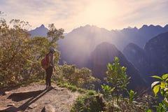 Стойка женщины путешественника на скале горы Стоковые Изображения RF
